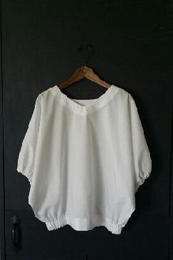 「大人の日常服」より ~白のドルマンブラウス~_d0205336_16172329.jpg