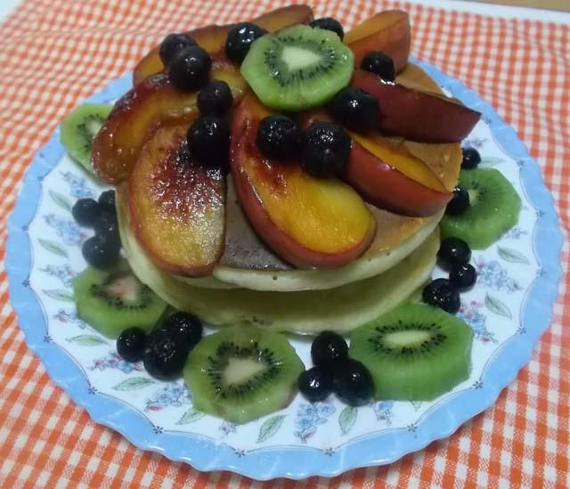 朝食にフルーツホットケーキ_f0019498_7565515.jpg