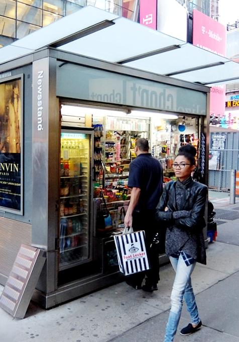 NYのタイムズ・スクエアに昔ながらのレトロなニュース・スタンドのアート作品、登場中_b0007805_19391567.jpg