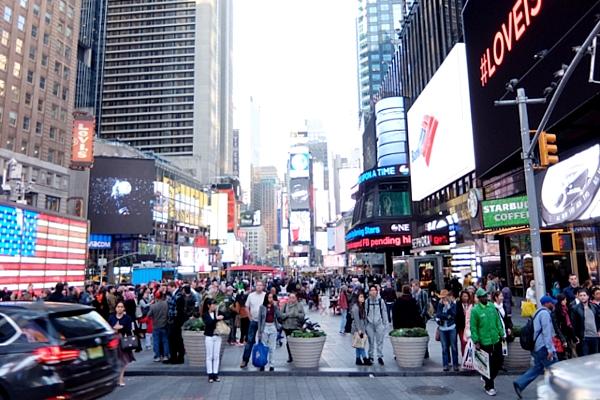 NYのタイムズ・スクエアに昔ながらのレトロなニュース・スタンドのアート作品、登場中_b0007805_19393575.jpg