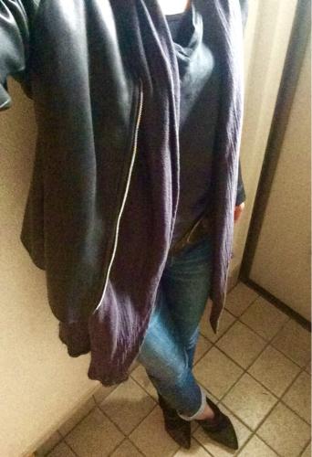 短いジャケットの下に長めのカーデを合わせるコーデのポイント。_d0336521_12254837.jpg