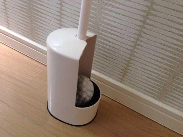 絶妙カーブで掃除しやすい&ブラシが浮いてるので清潔:マーナ トイレブラシ W071W_d0339885_12565609.jpg