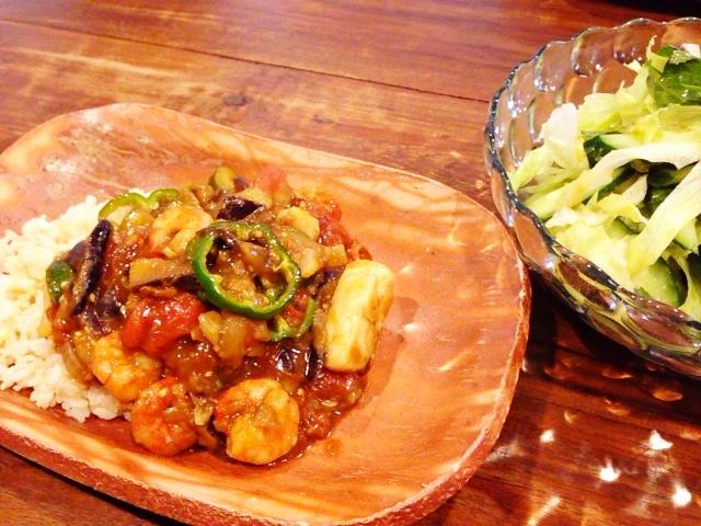 夫が作ったブランチ:夏野菜と魚介のカレー_d0339885_13050625.jpg