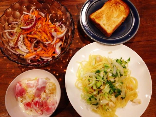 夫が作ったブランチ:海老と野菜のパスタ_d0339885_13055028.jpg
