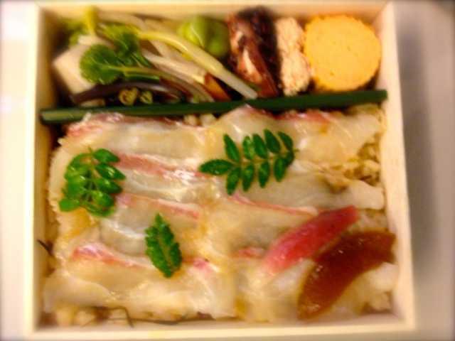 京都伊勢丹地下で老舗弁当:紫野 和久傳の鯛ちらし一段折,ニ傳の二段弁当_d0339885_13481154.jpg