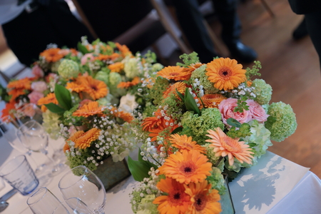 春の装花 ブラッスリーポールボキューズ様へ オレンジのガーベラとかすみそう_a0042928_15301945.jpg