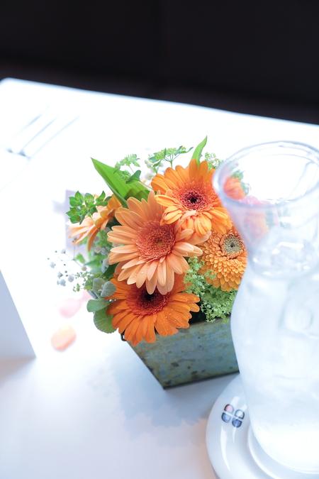 春の装花 ブラッスリーポールボキューズ様へ オレンジのガーベラとかすみそう_a0042928_15304877.jpg