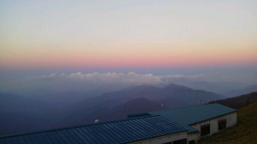 10月19日 朝の気温4℃。今は 中腹西島駅周辺に 色づきがとてもきれいです。暖かく、半袖の登山者が目だった一日でした。_c0089831_514121.jpg
