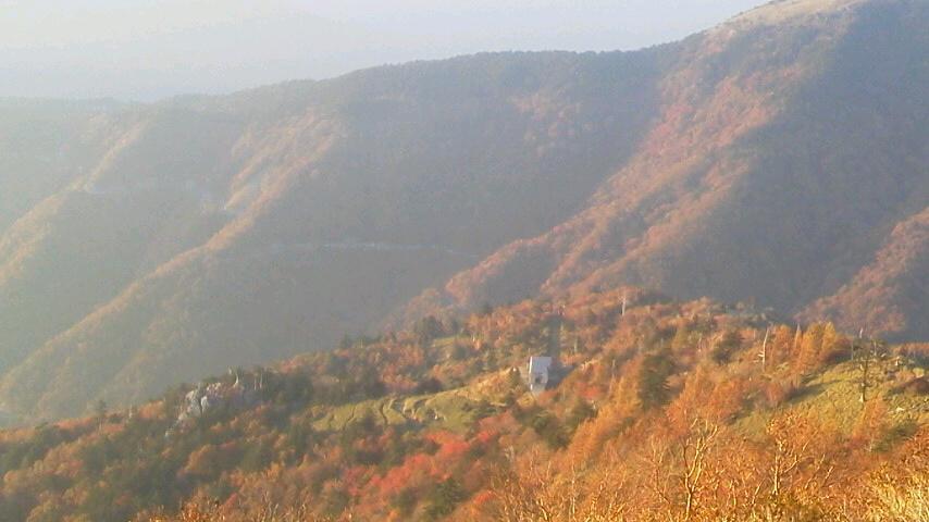 10月19日 朝の気温4℃。今は 中腹西島駅周辺に 色づきがとてもきれいです。暖かく、半袖の登山者が目だった一日でした。_c0089831_514162.jpg