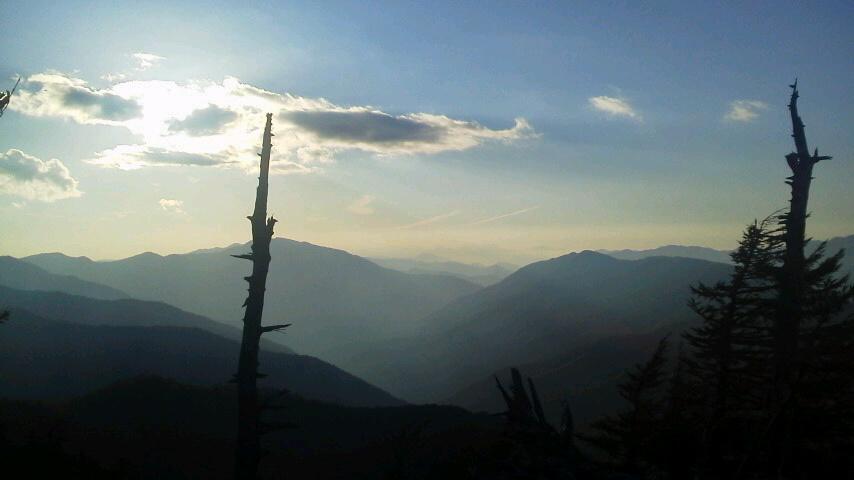 10月19日 朝の気温4℃。今は 中腹西島駅周辺に 色づきがとてもきれいです。暖かく、半袖の登山者が目だった一日でした。_c0089831_514168.jpg