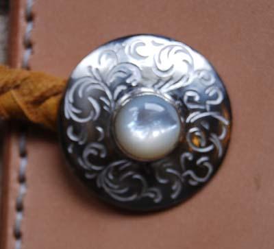 白蝶貝と和彫りのコンチョ付きキーケース_f0155891_1229281.jpg