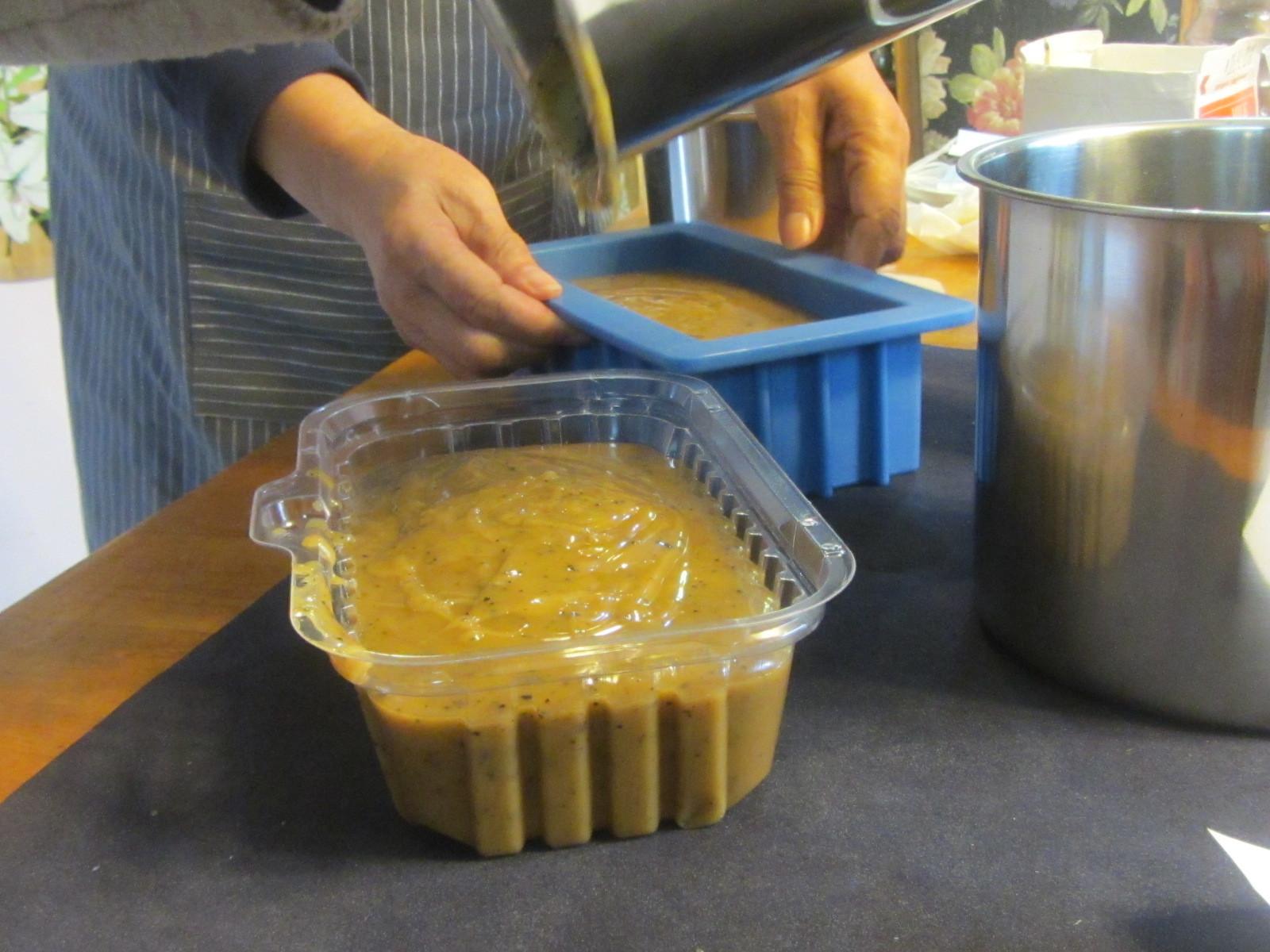 生徒の一人が廃油で石鹸を作る方法を教えてくれました。_a0173527_11112462.jpg