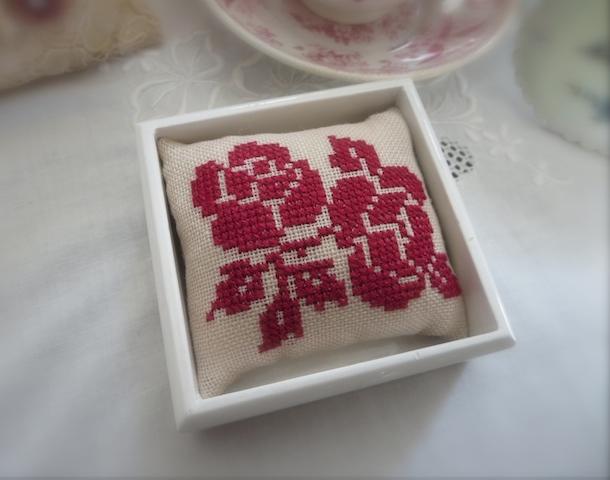 赤いバラ刺繍のピンクッション_f0182167_20184096.jpg