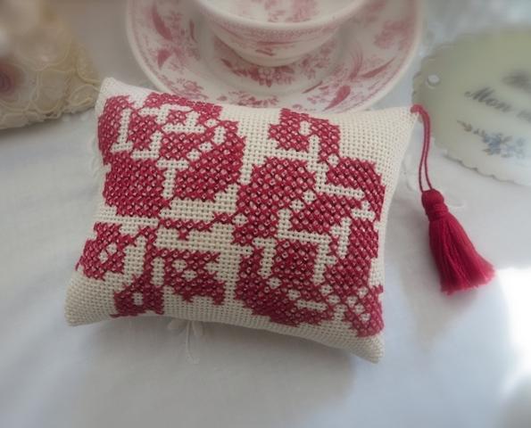 赤いバラ刺繍のピンクッション_f0182167_20184930.jpg