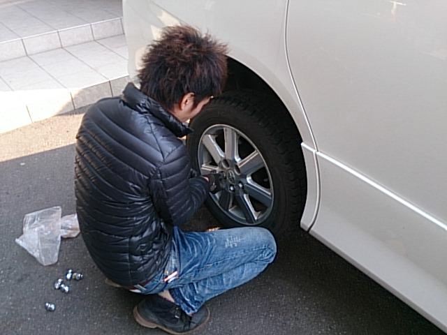 ★札幌も初雪を観測!タイヤ交換はお済みですか??★(白石店)_c0161601_1755312.jpg