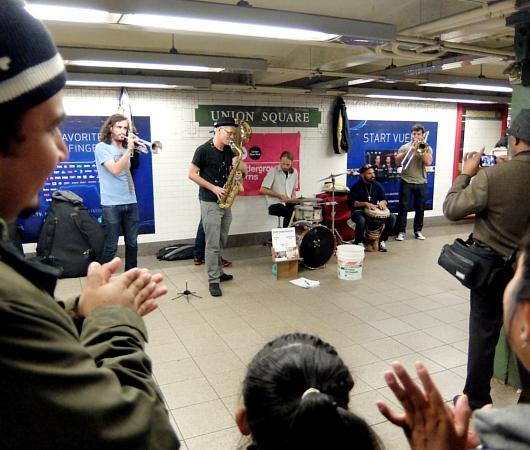 NYの地下鉄駅構内で遭遇したハッピーなブラス・バンド、Underground Horns_b0007805_11184035.jpg