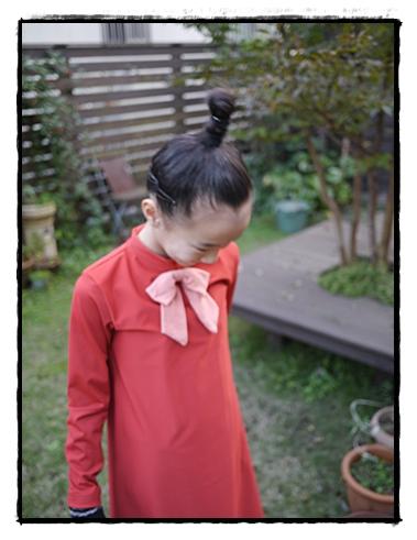 ヘアスタイルまでムーミンのリトルミィをまねて…。リボン付きの赤いワンピース姿がとてもキュート!