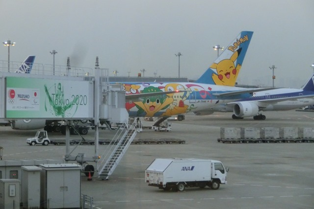 ANAポケモンラッピング飛行機羽田空港にて・・・可愛い飛行機_d0181492_17282305.jpg