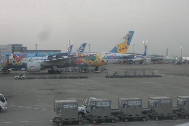 ANAポケモンラッピング飛行機羽田空港にて・・・可愛い飛行機_d0181492_17283603.jpg