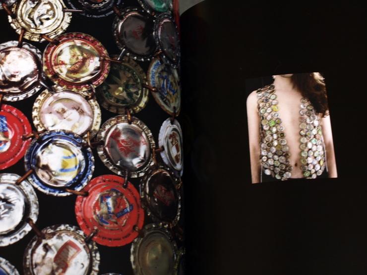 『ラグジュアリー:ファッションの欲望』展覧会カタログ_e0122680_20265635.jpg
