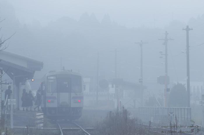 霧の中の通学列車_d0309612_23495280.jpg