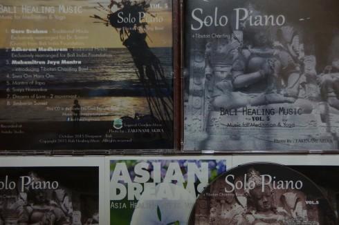 インドネシアの作曲家Dewi Puspitaさんの新CD「Solo Piano」のジャケット・レーベルに写真集「黄金の蜥蜴-Bali&Jawa-」収録写真_f0006713_22075622.jpg