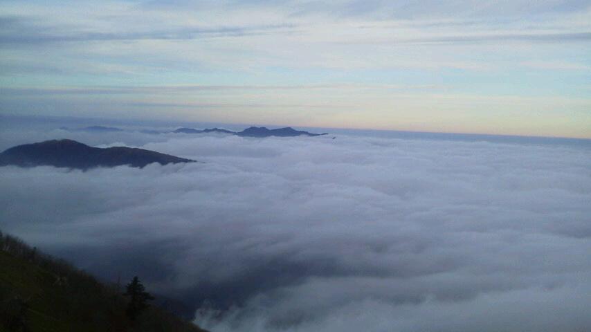 10月31日、朝の気温0℃。朝からながーい間 雲海が見えていました。_c0089831_22195549.jpg
