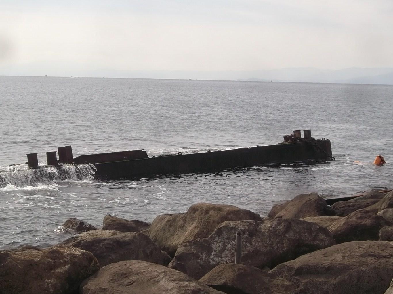 海岸に難破船が漂流?..茅ヶ崎の座礁船_b0137932_13523059.jpg