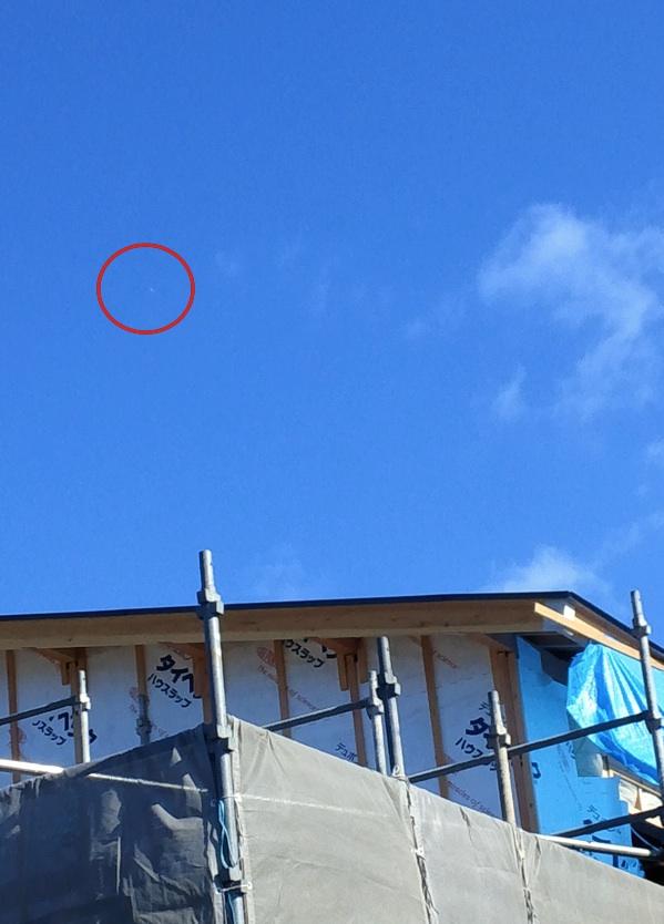 ついに我が家の上空で「銀色の葉巻型UFO」撮影に成功!?_e0171614_1413255.jpg
