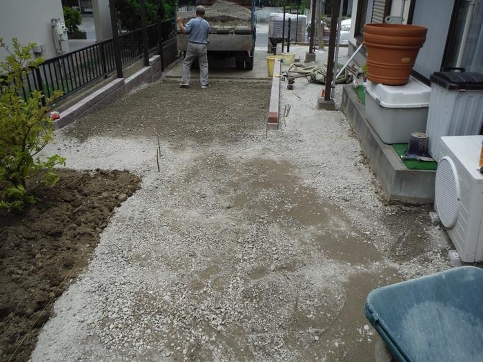 ガーディニング工事 ~ 砕石入れ_d0165368_5265619.jpg
