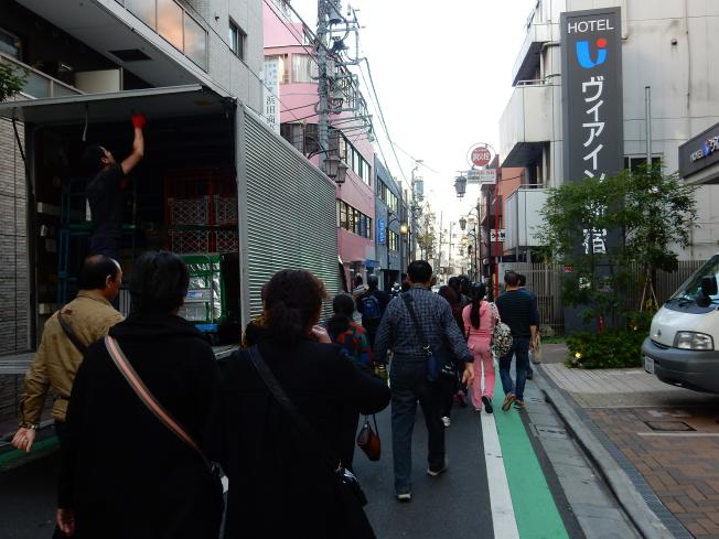東新宿はインバウンド先進エリアです~外客向けホステルが開業(ツアーバス路駐台数調査 2015年11月)_b0235153_14435161.jpg