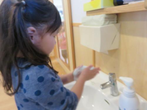 幼児クラスのみんなで手洗いの練習をしました☆_f0327175_18375397.jpg