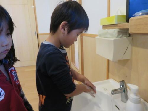 幼児クラスのみんなで手洗いの練習をしました☆_f0327175_18384981.jpg