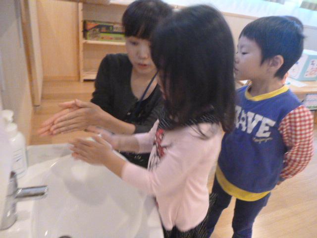 幼児クラスのみんなで手洗いの練習をしました☆_f0327175_19033109.jpg