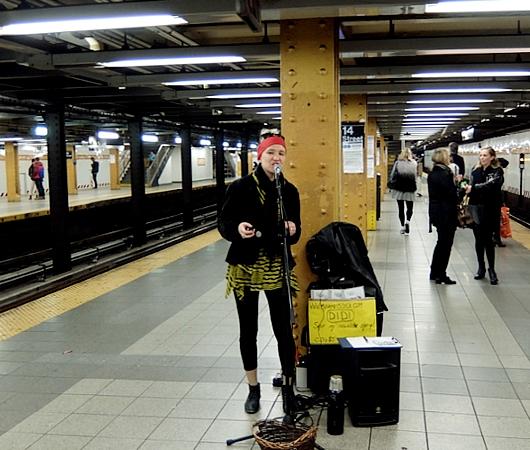 NYの地下鉄で遭遇した元ジャズ・ピアニストのシンガー・ソングライター、DiDiさん_b0007805_1303351.jpg