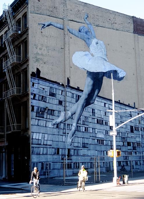 NYの5階建ビルの外壁いっぱいに描かれた巨大なバレリーナ壁画_b0007805_938283.jpg