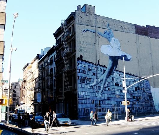 NYの5階建ビルの外壁いっぱいに描かれた巨大なバレリーナ壁画_b0007805_9391817.jpg
