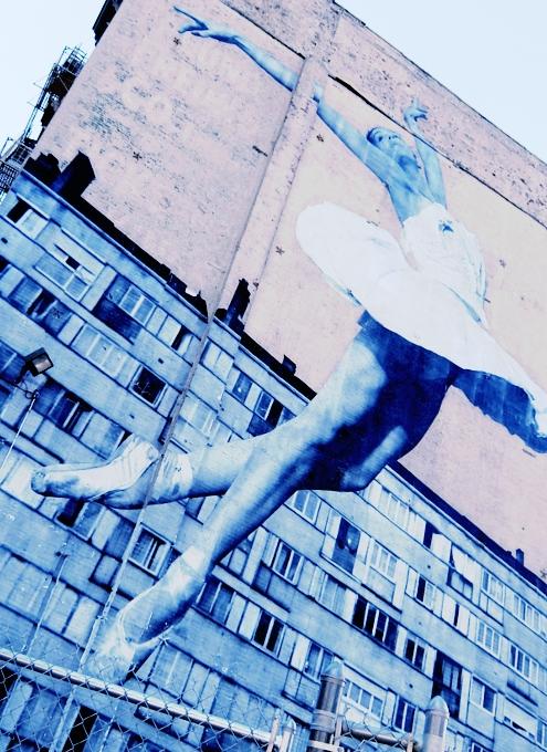 NYの5階建ビルの外壁いっぱいに描かれた巨大なバレリーナ壁画_b0007805_9394459.jpg