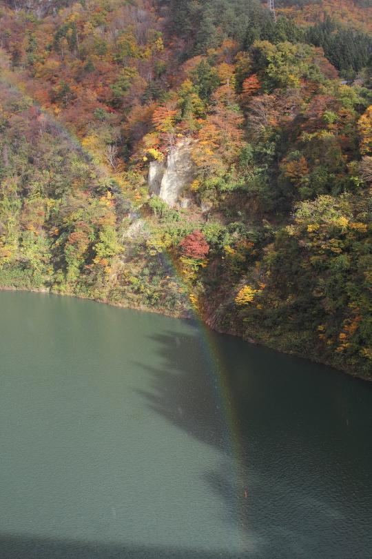 紅葉の只見川に虹が立った  _b0190710_2034686.jpg