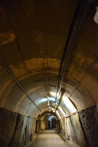 地下の穴倉に4000人もの兵士を収容~沖縄・旧海軍司令部壕写真_e0171573_1356545.jpg