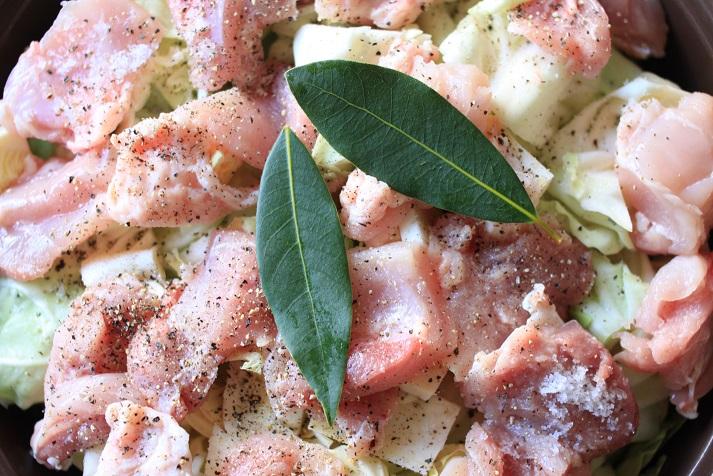 鍋に入れて煮込むだけ!レシピ「鶏もも肉とキャベツと蒸し豆のトマト煮」♪_a0154192_20193926.jpg