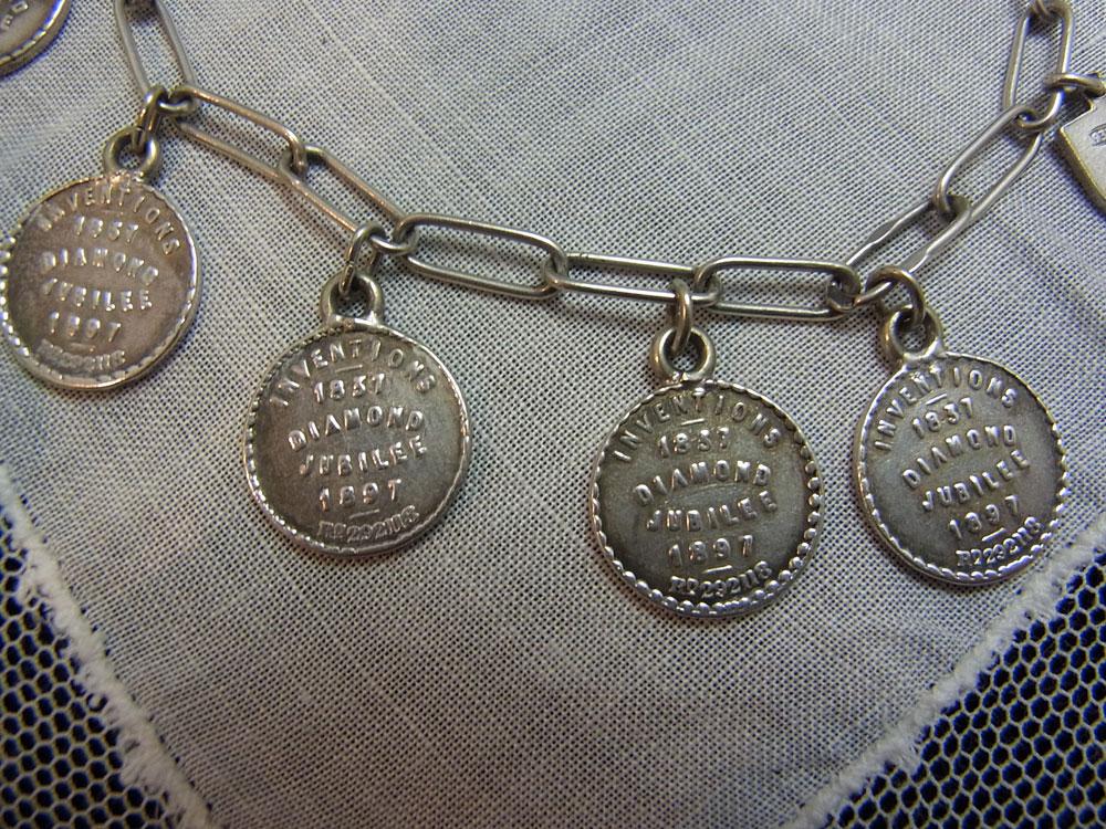 ヴィクトリア女王・ダイアモンドジュビリー記念メダル・ブレスレット_d0127182_1621551.jpg