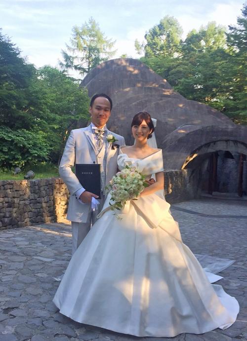 軽井沢 石の教会 正統派バラの花達のセミキャスケードブーケ 送ってくださったお写真とともに…_a0115684_17033979.jpg
