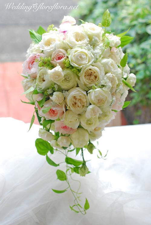 軽井沢 石の教会 正統派バラの花達のセミキャスケードブーケ 送ってくださったお写真とともに…_a0115684_17062646.jpg