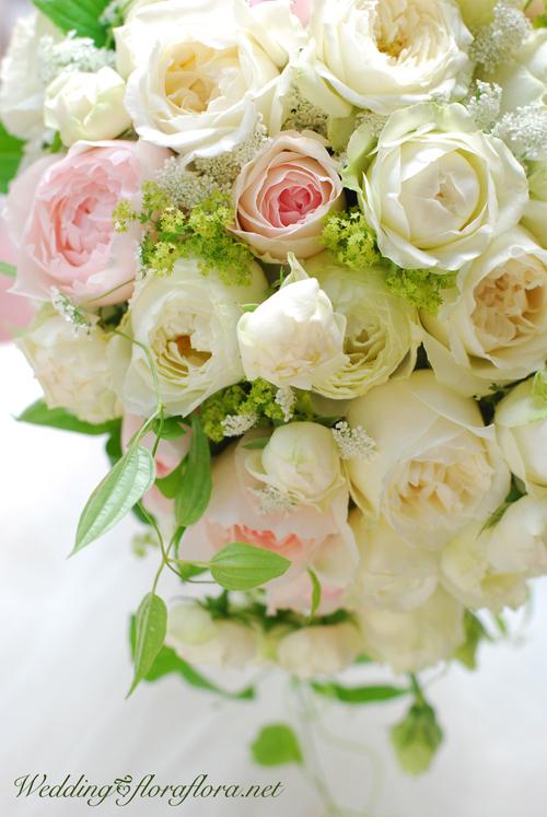 軽井沢 石の教会 正統派バラの花達のセミキャスケードブーケ 送ってくださったお写真とともに…_a0115684_17064334.jpg