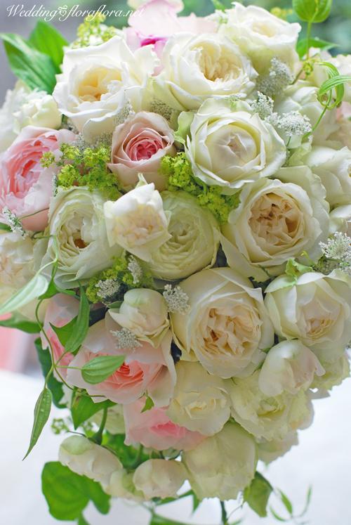 軽井沢 石の教会 正統派バラの花達のセミキャスケードブーケ 送ってくださったお写真とともに…_a0115684_17081685.jpg