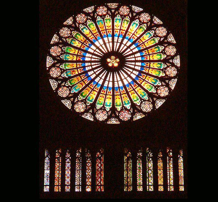 ノートルダム大聖堂と言えばバラ...
