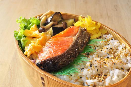 鮭と味噌炒め弁当_b0171098_9471024.jpg