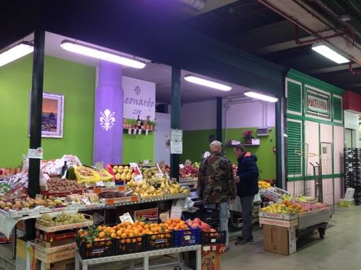 中央市場のレオナルドと柿_a0136671_2511937.jpg