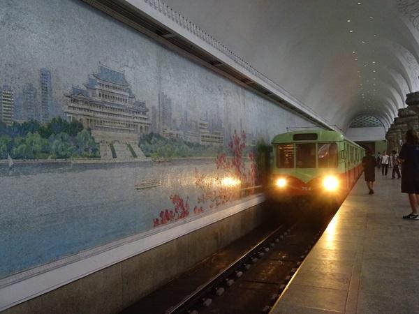 めっちゃ豪華な地下鉄☆平壌、北朝鮮ツアー2015_e0182138_22104612.jpg